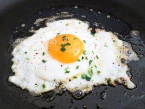 cocinar un huevo